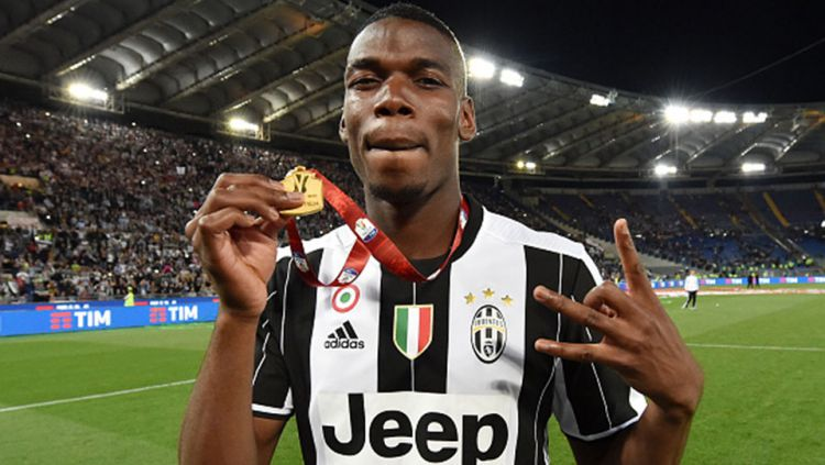 Gelandang Juventus, Paul Pogba merayakan gelar juara. Copyright: © INTERNET