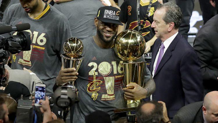 LeBron James membawa trofi MVP final NBA. Copyright: © INTERNET