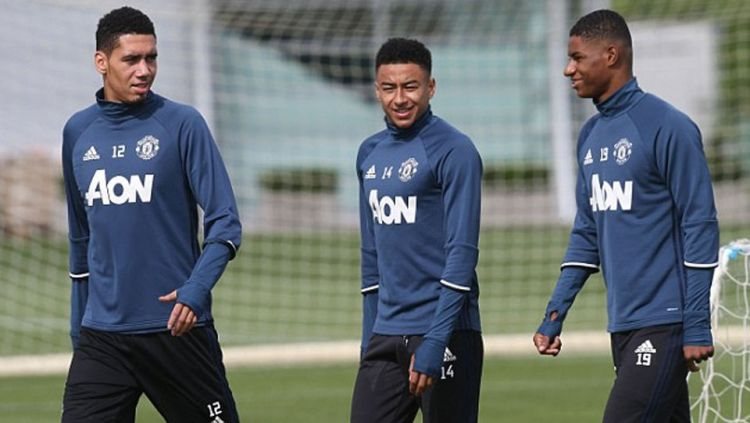 Chris Smalling (kiri) bersama Jesse Lingard dan Marcus Rashford saat latihan di Carrington klub. Copyright: © internet