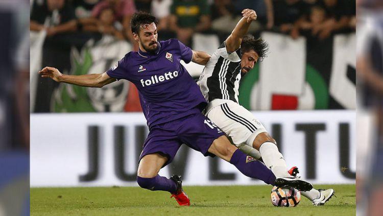 Bek Fiorentina, Davide Astori berebut bola dengan gelandang Juventus, Sami Khedira (21/08/16) Copyright: © Internet
