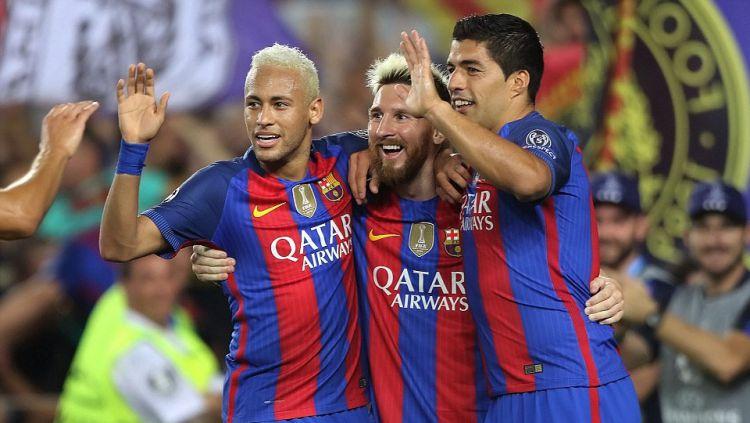 Neymar (kiri), Lionel Messi (tengah) dan Luis Suarez saat di Barcelona. Copyright: © INTERNET