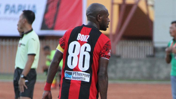 Striker asal Papua milik Persipura Jayapura Boaz Solossa. Copyright: © Internet