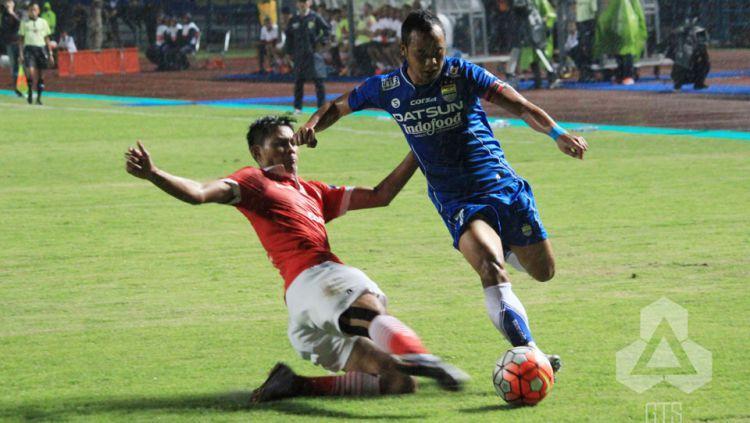 Atep berusaha melewati pemain Persija Jakarta. Copyright: © indonesiansc