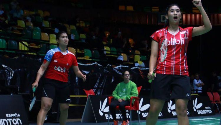 Jauza Fadhila Sugiarto/Yulfira Barkah merayakan kemenangan atas lawanya. Copyright: © INTERNET