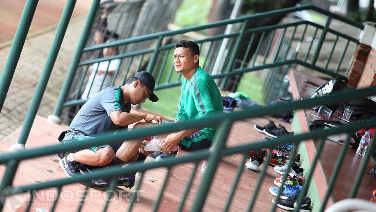 Kiper Timnas senior Indonesia, Dian Agus Prasetyo, harus menepi di tribun lapangan karena sedang cedera. Copyright: © Herry Ibrahim/INDOSPORT