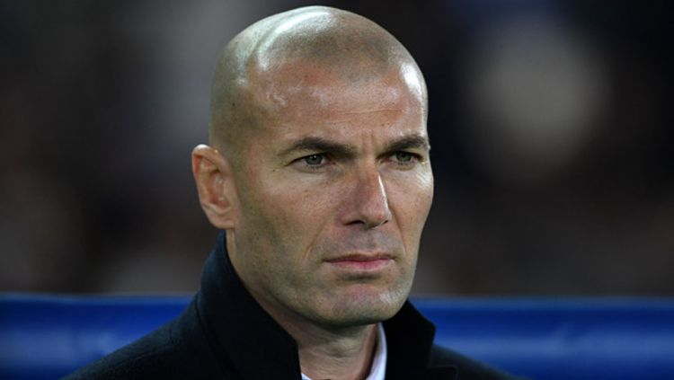 Pelatih Real Madrid, Zinedine Zidane menandatangani jersey Timnas Argentina bertuliskan nama Lionel Messi. Copyright: © Etsuo Hara/Getty Images