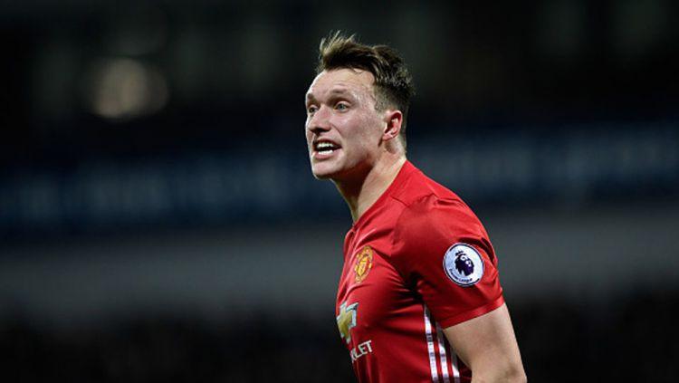 Pemain belakang Manchester United, Phil Jones dan dua rekan lainnya dituntut untuk segera hengkang dari Old Trafford. Copyright: © Stu Forster/Getty Images