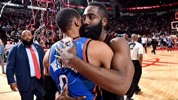 James Harden (Houston Rockets) dan Russell Westbrook (Oklahoma City Thunder) Copyright: © Bill Baptist/NBAE via Getty Images