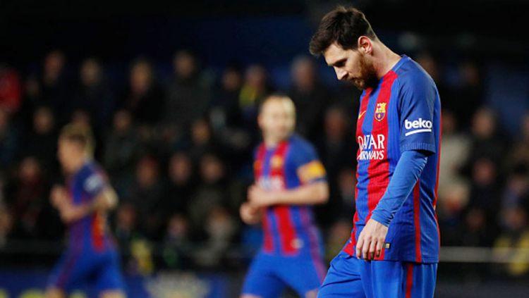 Lionel Messi tertunduk lesu setelah gawangnya kebobolan. Copyright: © JOSE JORDAN/AFP/Getty Images