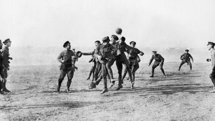 Pertandingan antara tentara Jerman melawan tentara Inggris di tengah-tengah Perang Dunia I di boxing day 1914 yang kabarnya hanya mitos belaka Copyright: historicalfirearms.info