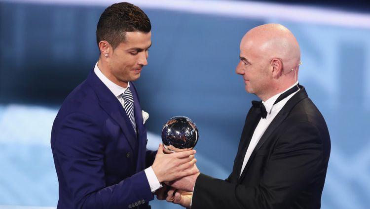 Cristiano Ronaldo (kiri) ketika mendapat penghargaan pemain terbaik pada acara The Best FIFA Football Awards 2016. Copyright: Fabrice Coffrini/AFP