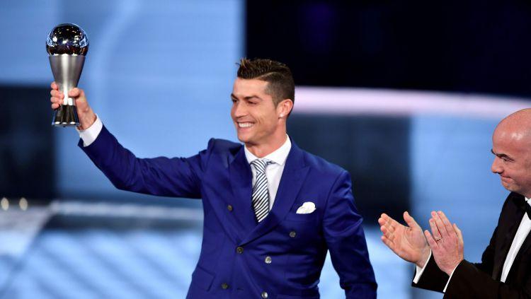 Cristiano Ronaldo mendapatkan penghargaan pemain terbaik dari FIFA. Copyright: © Fabrice Coffrini/AFP