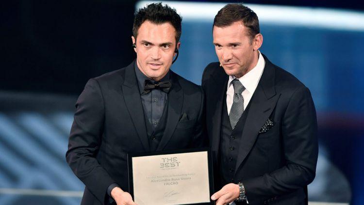 Falcao (kiri) mendapat penghargaan kehormatan dari FIFA. Copyright: © Fabrice Coffrini/AFP