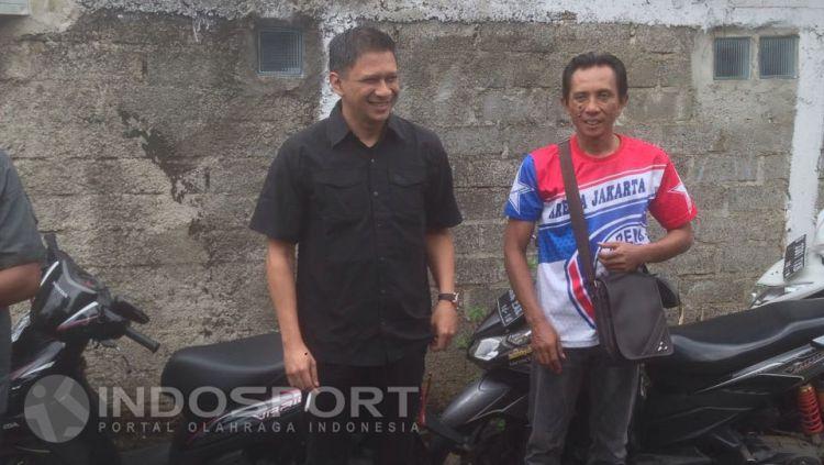 CEO Arema FC sekaligus Wakil ketua umum PSSI, Iwan Budianto (kiri) melayat kediaman Achmad Kurniawan. Copyright: © Muhammad Adi Yaksa/INDOSPORT