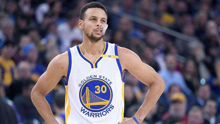 Stephen Curry harus absen minimal tiga bulan setelah mengalami cedera patah tangan dalam pertandingan antara Golden State Warriors menghadapi Phoenix Suns, Kamis (31/10/19). Copyright: © Thearon W. Henderson/Getty Image