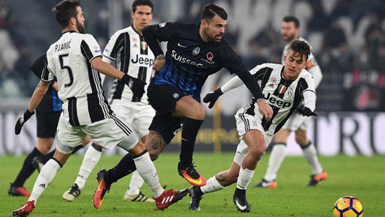 Striker Atalanta, Andrea Petagna menggiring bola dibayangi pemain Juventus, Miralem Pjanic dan Paulo Dybala. Copyright: Internet