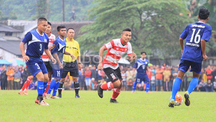 Pemain Madura United (MU) yang sempat diisukan ke Persib Bandung, yakni Asep Berlian punya cara khusus jaga kondisi fisik tetap prima. Copyright: © Ian Setiawan/Indosport