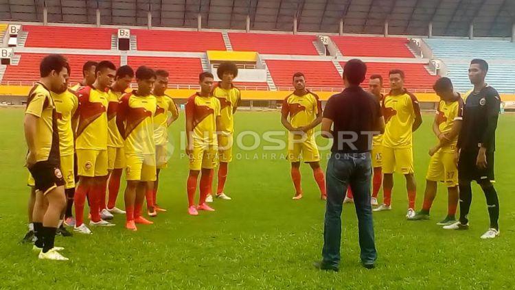 Sriwijaya FC mulai menjalani latihan untuk pertama kalinya di Stadion Gelora Sriwijaya Jakabaring Palembang, Selasa (17/01/17). Copyright: © Muhammad Effendi/Indosport