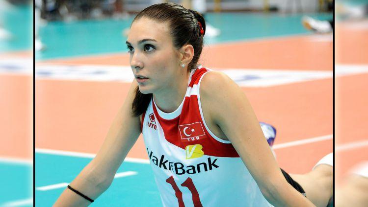 Pevoli asal Turki, Naz Aydemir, memiliki paras cantik dan mirip aktris kondang Gal Gadot. Copyright: © nazaydemir.com