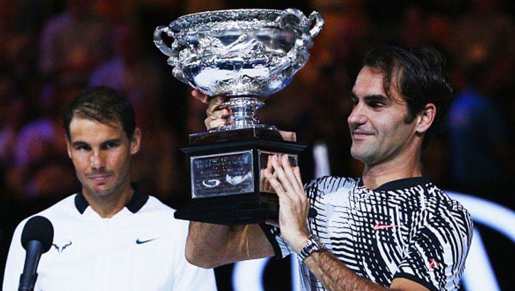 Roger Federer mengangkat trofi juara Australia Terbuka setelah mengalahkan Rafael Nadal di babak final. Copyright: © Internet
