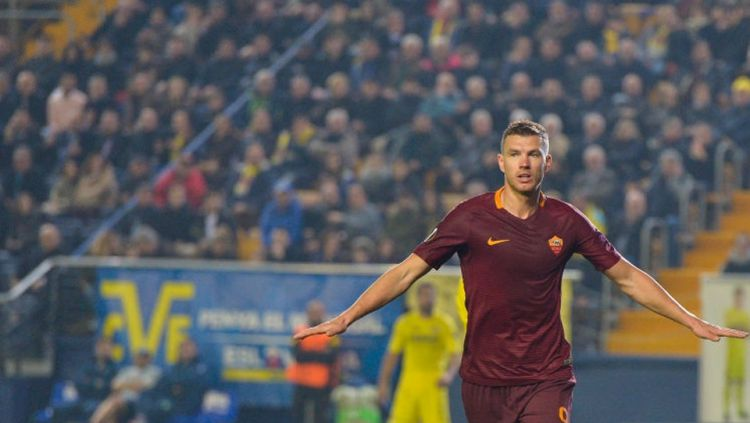 Edin Dzeko menjadi bintang dengan tiga golnya ke gawang Villarreal di 32 besar Liga Europa. Copyright: © Luciano Rossi/AS Roma via Getty Images