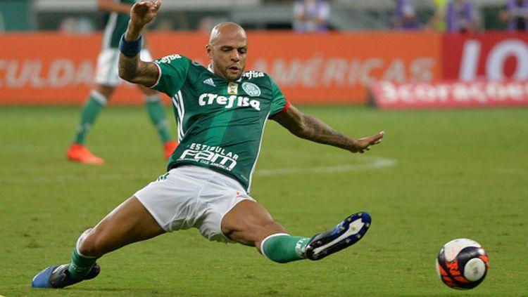 Pemian Palmeiras, Felipe Melo berusaha mengambila bola. Copyright: © Levi Bianco/Brazil Photo Press/LatinContent/Getty Images