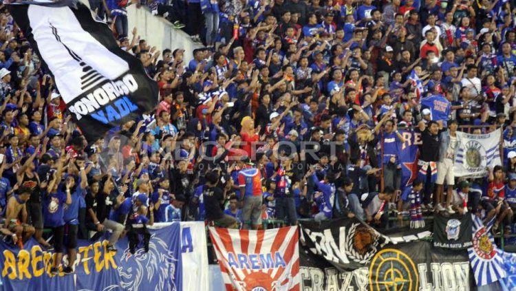 Aremania, pendukung Arema FC. Copyright: © INDOSPORT/Ghozi El Fitra