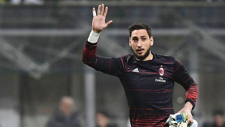 Kiper muda AC Milan, Gianluigi Donnarumma melambaikan tangan kepada suporter. Copyright: © MIGUEL MEDINA/AFP/Getty Images