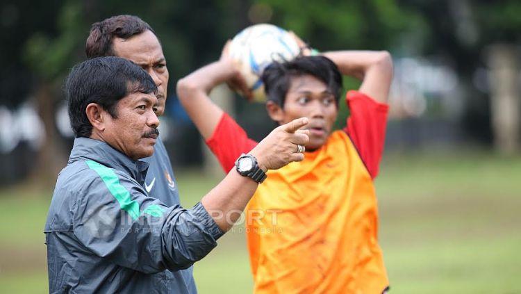 Pelatih Timnas Indonesia U-19, Indra Sjafri (kiri) sedang memantau seleksi. Copyright: © Herry Ibrahim/INDOSPORT