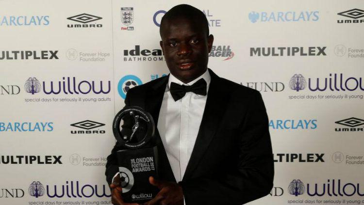 N'Golo Kante mendapat penghargaan Pemain Liga Primer Terbaik Tahun Ini. Copyright: © Reuters