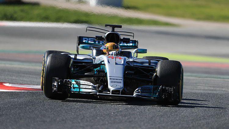 Lewis Hamilton saat melakukan tes di Sirkuit Catalunya. Copyright: © Octane/Action Plus via Getty Images