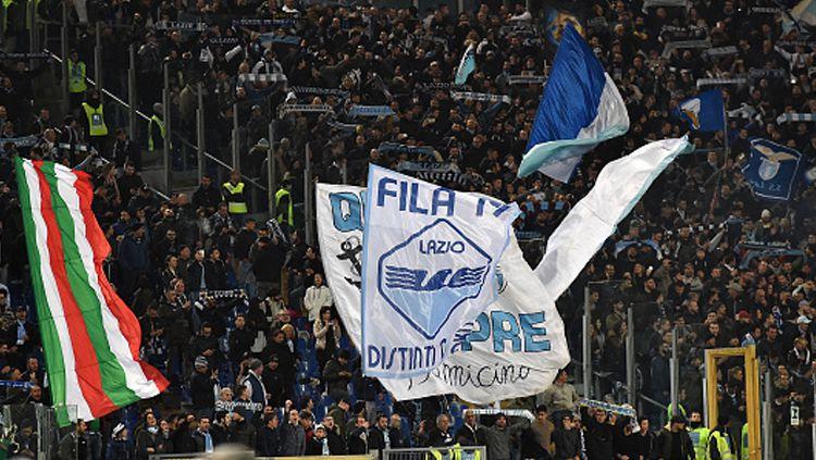 Lazio terancam akan kembali dihukum oleh UEFA usai segelintir fansnya kedapatan mempraktikkan gestur Nazi saat melawan Glasgow Celtic di Liga Europa. Copyright: © Giuseppe Bellini/Getty Images