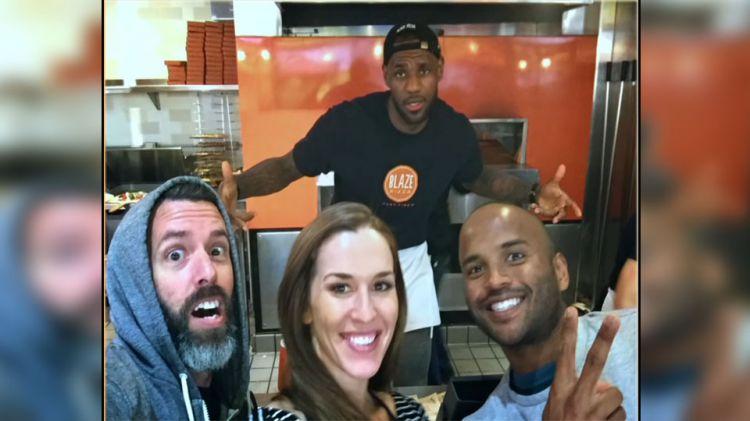LeBron James menjadi penjual Pizza. Copyright: © Youtube