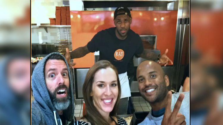 LeBron James menjadi penjual Pizza. Copyright: Youtube