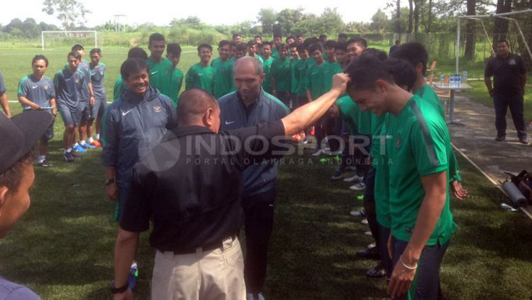 Edy Rahmayadi sidak rambut pemain seleksi Timnas U-19 indonesia. Copyright: © Muhammad Adiyaksa/Indosport