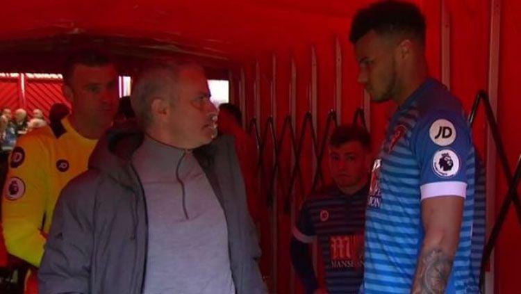 Jose Mourinho nyaris terlibat baku hantam dengan Tyrone Mings di lorong ruang ganti. Copyright: Twitter@101greatgoals.