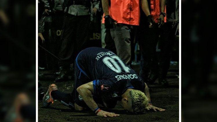 Cristian Gonzales rayakan kemenangan Arema FC dengan sujud syukur. Copyright: © wearemania.net