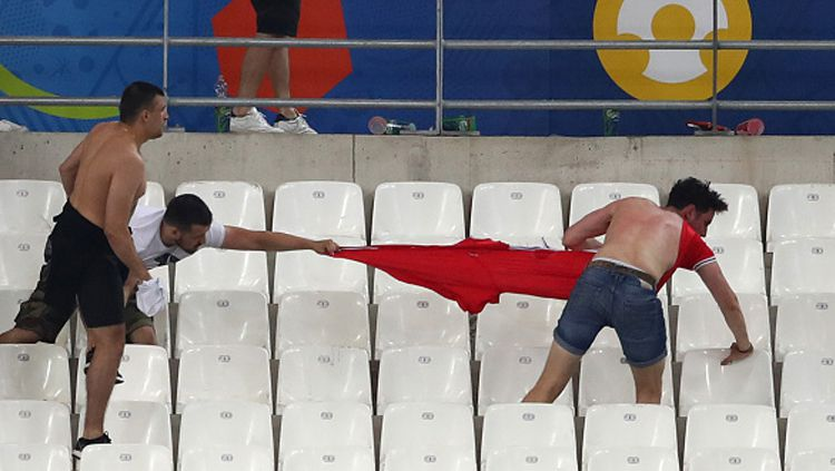 Kerusuhan antara fans Inggris dan fans Rusia di Piala Euro 2016 silam. Copyright: © Lars Baron/Getty Images