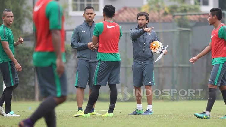 Pelatih Timnas Indonesia U-22, Luis Milla (kedua dari kanan) memberi instruksi kepada para pemainnya. Copyright: HERRY IBRAHIM/INDOSPORT