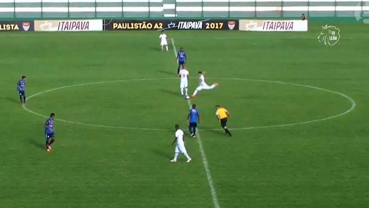 Mirrai saat mencetak gol dari tengah lapangan sesaat setelah kick-off. Copyright: Internet