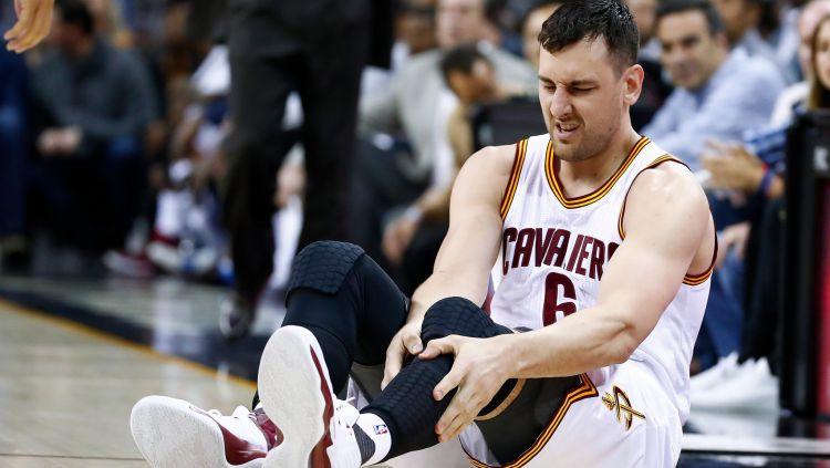 Andrew Bogut mengalami patah kaki kala melakoni debut bersama Cleveland Cavaliers. Copyright: Twitter @BleacherReport