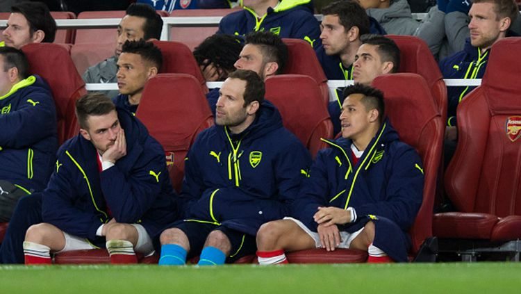 Alexis Sanchez duduk di bangku cadangan bersama Petr Cech. Copyright: © Craig Mercer - CameraSport via Getty Images