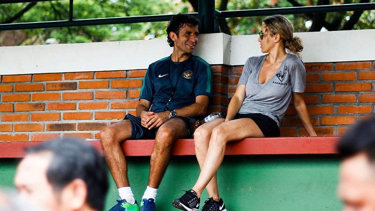 Luis Milla ditemani istri tercintanya saat memimpin sesi latihan Timnas Indonesia U-22. Copyright: Instagram/rbdfoto.