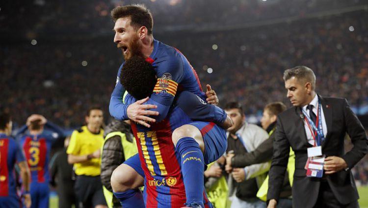 Lionel Messi memeluk Neymar pasca pertandingan. Copyright: © VI-Images/gettyimages