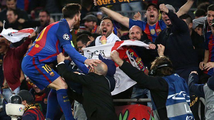 Lionel Messi rayakan kemenangan bersama fans. Copyright: Jean Catuffe/Getty Images