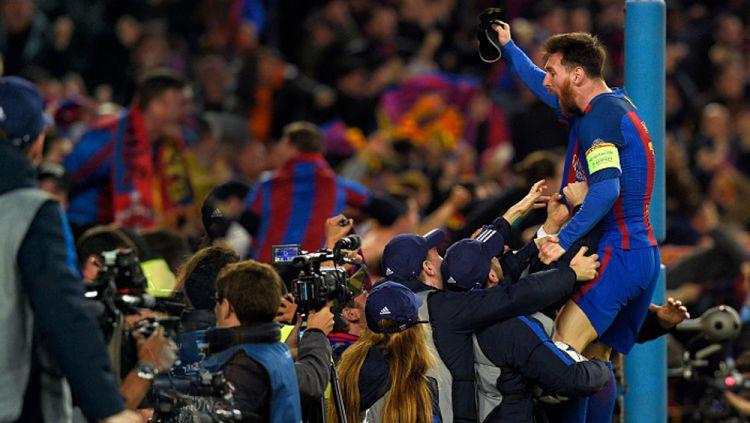 Lionel Messi merayakan kemenangannya atas PSG. Copyright: © LLUIS GENE/AFP/Getty Images
