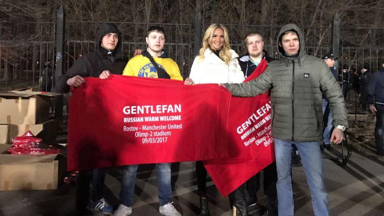 Suporter Rostov membagikan selimut kepada Manchester United.