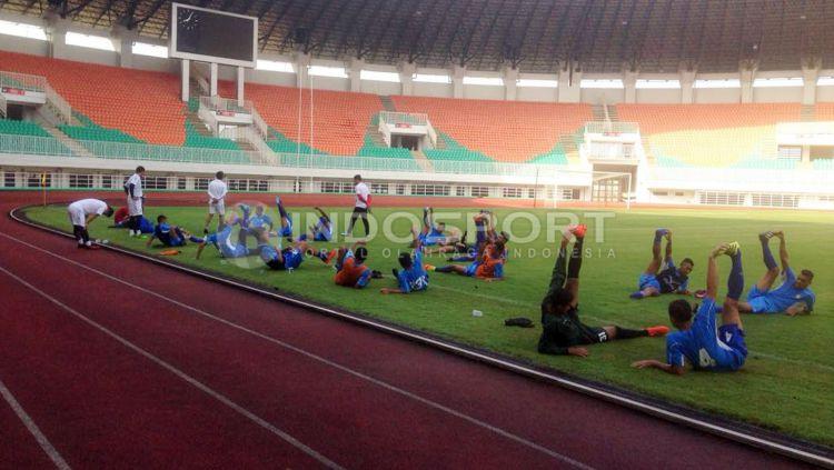 Uji coba lapangan Semen Padang di Stadion Pakansari. Copyright: Muhammad Adi Yaksa/Indosport