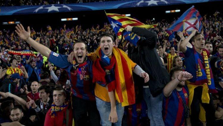 Fans Barcelona bersukacita dalam kemenangan tim kesayangannya atas Paris Saint-Germain. Copyright: Albert Llop/Anadolu Agency/Getty Images