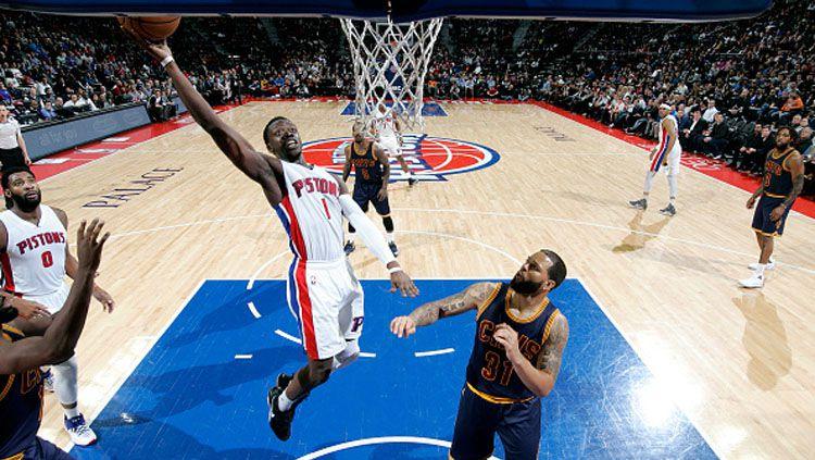 Guard Pistons, Reggie Jackson saat melakukan lay up melawan Cavaliers. Copyright: © Brian Sevald/NBAE/Getty Images